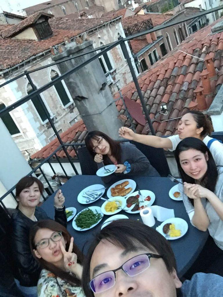 維尼斯的屋頂上吃早餐